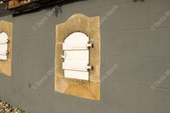 Seebach : Soupirail avec volet bois sur une maison alsacienne