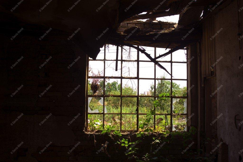 Fenêtre sur une friche industrielle