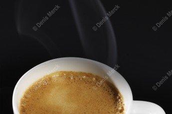 Café qui fume avec de la mousse