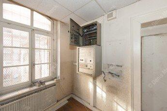 Intérieur avec un vieux coffret électrique