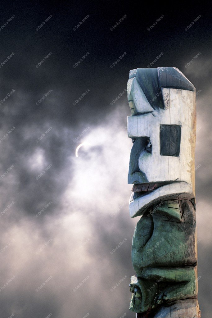 le totem sur fond d'éclipse solaire