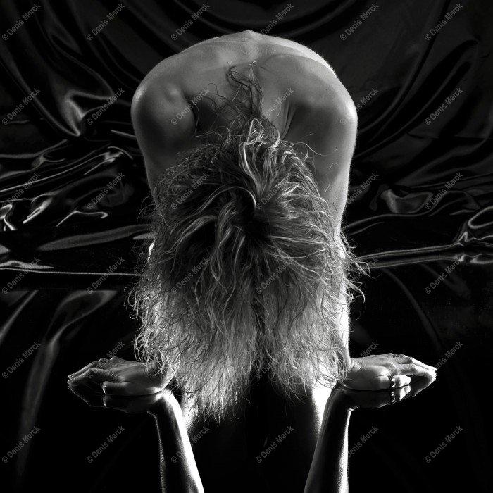 une jeune fille nu accroupie