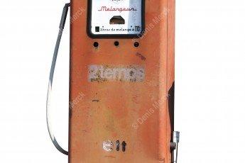Une pompe à carburant 2 temps en tôle rouge