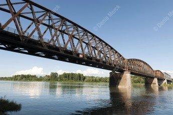 Alsace, le pont-rail de Beinheim sur le Rhin en poutres de treillis acier