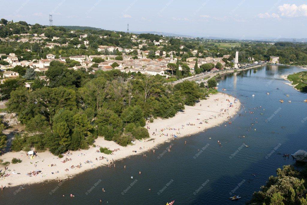 Saint Martin d'Ardèche, le village avec la plage du grain de sel en été