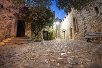 Rue pavée d'Aguèze dans le Gard