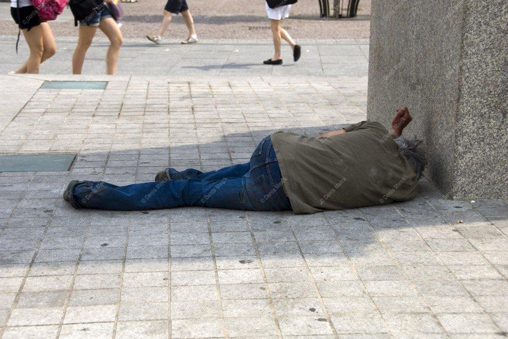 La personne sans abris est couché sur le sol place Kleber de Strasbourg