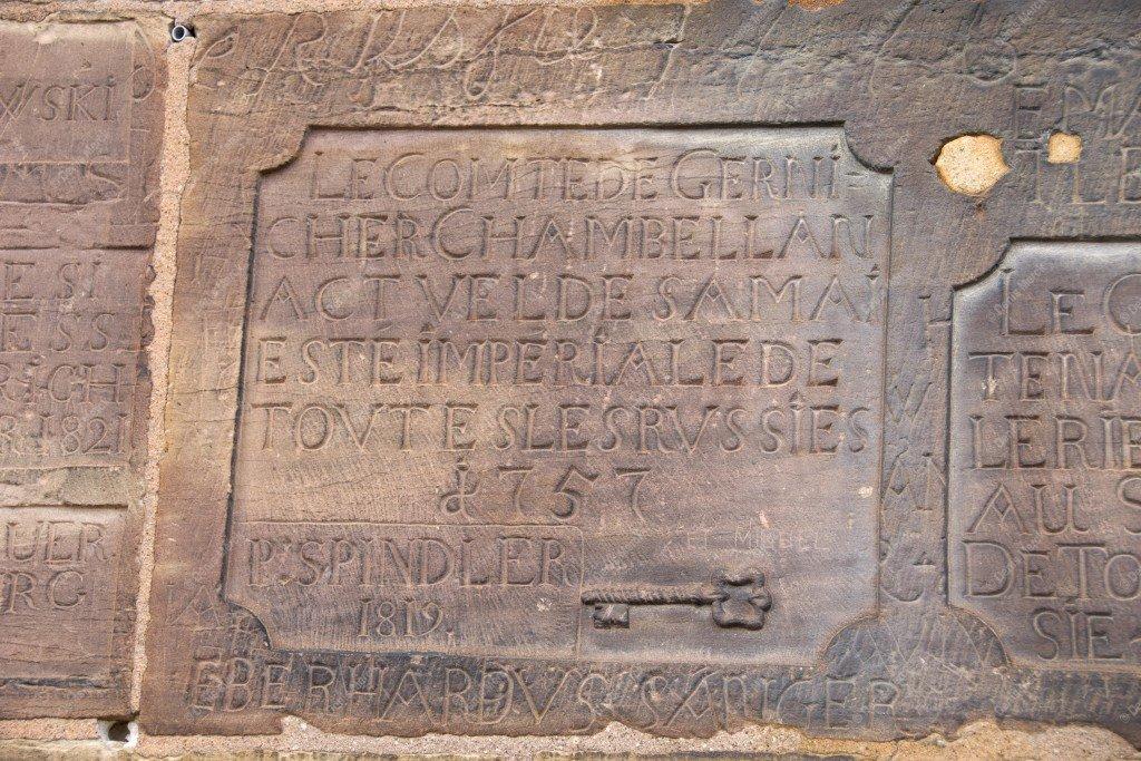 Dédicaces sur une pierre de la cathédrale de Strasbourg