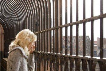 Strasbourg : jeune femme sur la passerelle de la Cathédrale
