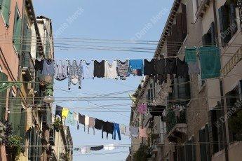 Venise : linge suspendu dans la rue entre les maisons