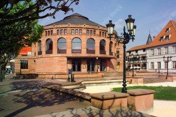 Vue panoramique de la place du Théâtre et de la poste de Haguenau