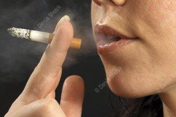 Jeune femme qui fume