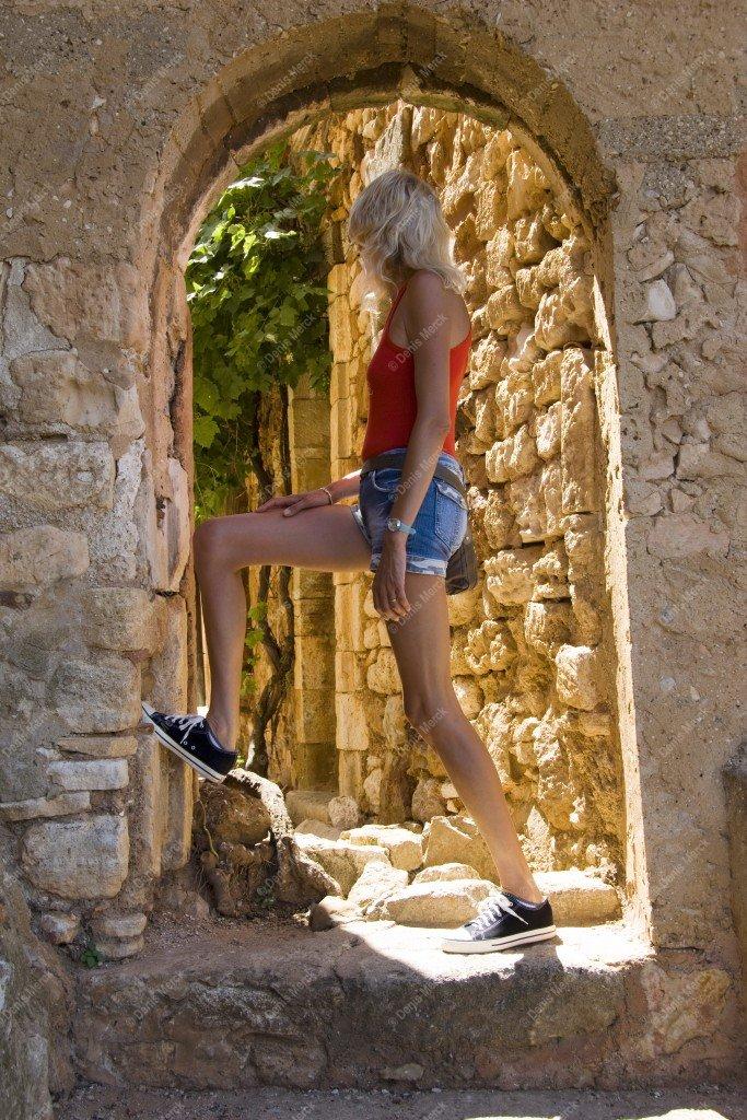 Voute en pierre avec une jeune femme à Roussillon