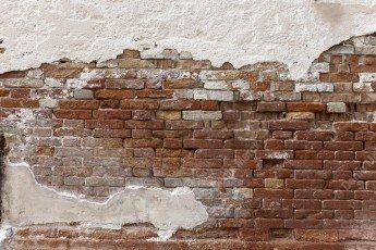 Mur en briques rouges effrité à Venise