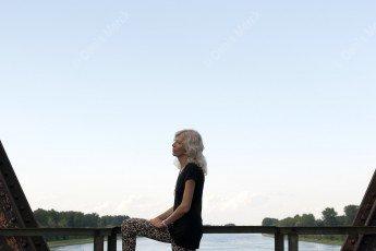 jeune femme sur le pont rail de beinheim sur le rhin