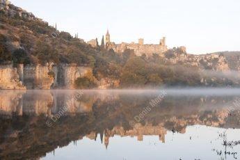 Vue panoramique du village d'Aiguèze en automne qui se reflette dans l'eau de l'Ardèche