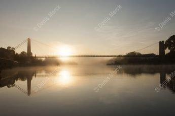Saint Martin d'Ardèche : le pont suspendu au lever du jour par temps brumeux