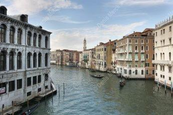 Le grand canal à Venise vue depuis le pont du Rialto