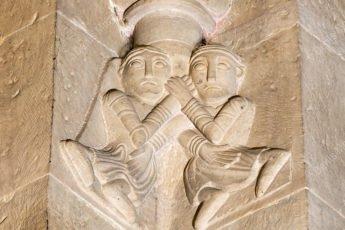 Une sculpture orne un pilier de l'église romane
