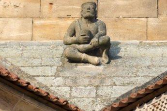 Le mendiant sur le toit de l'église Saints Pierre et Paul à Rosheim