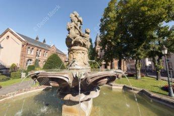 La fontaine aux abeilles de Haguenau devant l'église Saint Georges