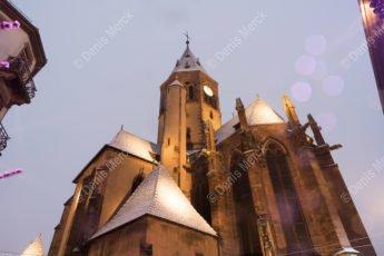 L'église Saint Georges de Haguenau sous la neige à la tombée de la nuit