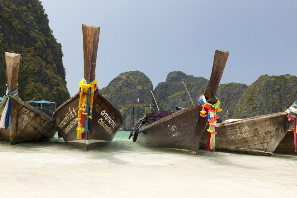 Maya-Bay-Thailand - long tail boat sur l'île de Koh Phi Phi en Thailande