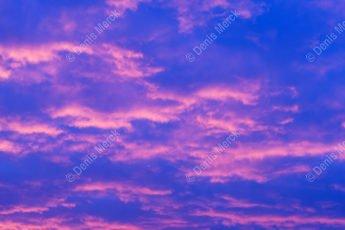 Ciel rouge et bleu au lever du soleil