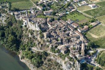 Vue aérienne d'Aiguèze dans les Gorges de l'Ardèche - photo en hélicoptère