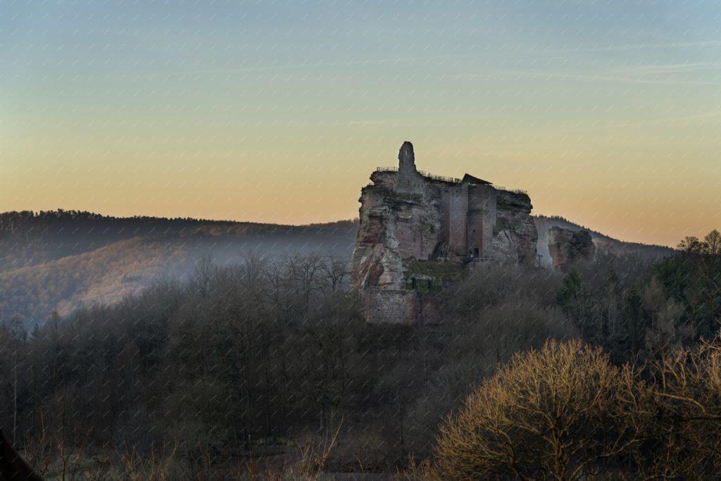 Le château du Fleckenstein au lever du jour